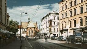 克拉科夫,波兰- 2018年8月28日:在多米尼加共和国的正方形附近的电车行动 交通和方济会修士修道院和大教堂  股票录像