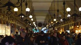 克拉科夫,波兰- 2017年10月8日:布料寻找礼物和纪念品的霍尔游人 股票录像
