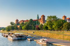 克拉科夫,波兰- 2017年8月11日:旅游大厦- Wawel Castl 免版税图库摄影