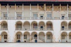 克拉科夫,波兰- 2017年8月13日:有宫殿的专栏的美丽的墙壁在Wawel防御 免版税库存图片