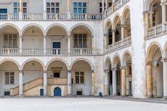 克拉科夫,波兰- 2017年8月13日:美丽的墙壁的看法有宫殿的专栏的Wawel城堡的  免版税库存图片