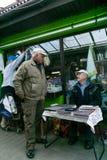 克拉科夫,波兰- 2018年9月21日:讲价与一位老硬币卖主的波兰买家在克拉科夫的targowy Unitarg的plac 库存照片