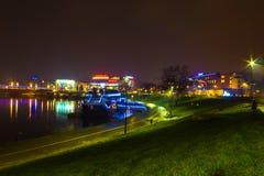 克拉科夫,波兰- 2017年12月29日:走在著名城市的老美丽如画的堤防的一个多雨晚上  免版税图库摄影