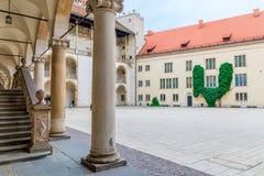 克拉科夫,波兰- 2017年8月13日:Wawel皇家城堡的庭院在克拉科夫 免版税图库摄影