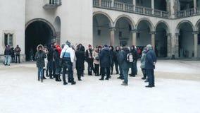 克拉科夫,波兰- 2017 1月, 14日,在Wawel城堡内在庭院引导了小组游览 地方地标和普遍 库存图片
