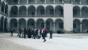 克拉科夫,波兰- 2017 1月, 14日,引导了小组游览在内在庭院Wawel城堡 地方地标和普遍 库存照片