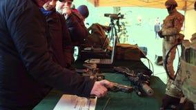 克拉科夫,波兰- 1月, 14日, 2017个人审查武器和军队设备在军事展示 免版税库存图片