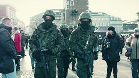 克拉科夫,波兰- 1月, 14日, 2017位波兰特种部队战士走在WOSP军事展示 库存照片