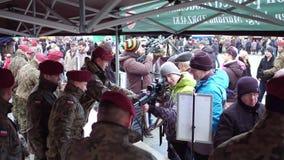 克拉科夫,波兰- 1月, 14日, 2017年军队职员展示现代武器在军事展示 免版税库存照片