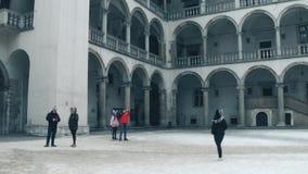 克拉科夫,波兰- 1月, 14,做照片的2017个游人在Wawel城堡内在庭院  地方地标和普遍 免版税库存照片