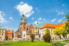 克拉科夫,波兰- 2016年6月08日:参观Wawel皇家城堡和大教堂的小组游人在克拉科夫,波兰- 2016年6月08日 免版税库存图片
