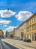 克拉科夫,波兰- 2017年6月15日:有古老公寓和其他纪念碑的一条街道在中央Krakà ³ w,波兰 免版税库存图片