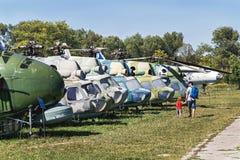 克拉科夫,波兰- 2015年8月30日:航空博物馆  人们临近陈列直升机和飞机 库存图片
