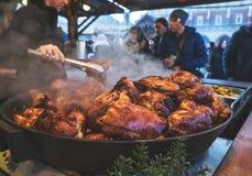克拉科夫,波兰- 2015年12月12日:贸易商卖多数普遍的肉 免版税库存照片