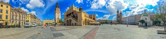 克拉科夫,波兰- 2017年6月15日:主要集市广场的全景有的城镇厅,市场,圣玛丽教会和 免版税图库摄影
