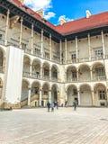克拉科夫,波兰- 2017年6月15日:Wawel城堡的游人在克拉科夫 免版税库存图片
