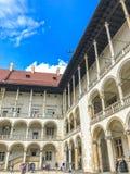 克拉科夫,波兰- 2017年6月15日:Wawel城堡的游人在克拉科夫 免版税库存照片