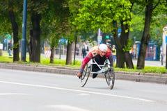 克拉科夫,波兰- 5月28 :Cracovia马拉松 马拉松的未认出的有残障的人在城市街道上的一个轮椅5月 免版税库存照片