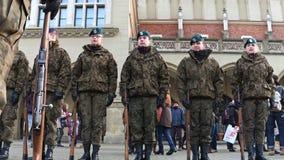 克拉科夫,波兰- WOSP军事的1月, 14个, 2017个波兰男性和女性军校学生游行 图库摄影