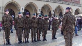 克拉科夫,波兰- WOSP军事的1月, 14个, 2017个波兰男性和女性军校学生游行 库存照片