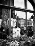 克拉科夫,建筑学,反射在商店窗口里 在黑白的艺术性的神色 免版税库存照片