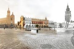 克拉科夫,主要集市广场,一半剪影半图片 库存图片