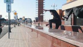克服在都市街道上的三年轻人障碍 股票录像