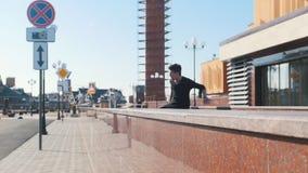 克服在都市街道上的年轻人障碍 股票录像