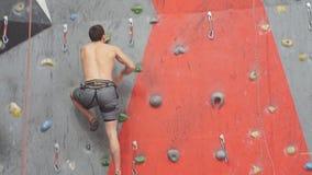 克服挑战,慢动作的坚强的肌肉运动员 股票视频