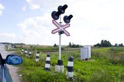 克服轻便铁路路立场业务量的汽车 免版税库存图片