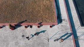 克服障碍和赛跑从草的三运动年轻人在执行把戏的路 r 股票视频