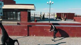 克服障碍和赛跑在路的三运动年轻人执行把戏 r 股票视频