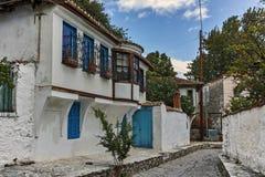 克桑西,希腊- 2017年9月23日:典型的街道和老房子在克桑西,希腊老镇  免版税库存图片
