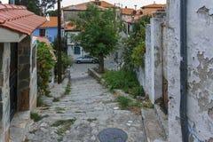 克桑西,希腊- 2017年9月23日:典型的街道和老房子在克桑西,希腊老镇  免版税图库摄影