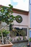 克桑西,希腊- 2017年9月23日:典型的街道和老房子在克桑西,希腊老镇  免版税库存照片