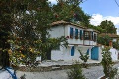 克桑西,希腊- 2017年9月23日:典型的街道和老房子在克桑西,希腊老镇  库存图片
