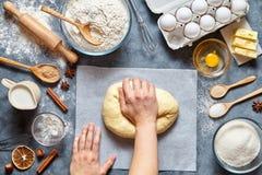 贝克混合的面团面包、薄饼或者饼食谱ingridients,食物舱内甲板位置 免版税库存照片