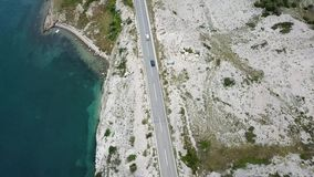 克罗地亚、弯曲道路和小海湾海岸的鸟瞰图与透明的海 Pag海岛的海岸 股票录像