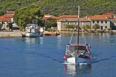克罗地亚、达尔马希亚村庄和旅游小船 库存图片