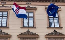 克罗地亚人和欧盟旗子在萨格勒布 库存照片