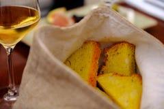 克罗地亚养殖和酒作为晚餐的一个起始者 免版税库存照片