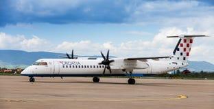 克罗地亚在柏油碎石地面的航空公司破折号8在萨格勒布机场 免版税库存图片