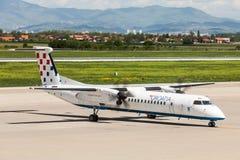 克罗地亚在柏油碎石地面的航空公司破折号8在萨格勒布机场 免版税库存照片