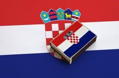 克罗地亚旗子在一面大旗子说谎的火柴盒被生动描述 免版税库存照片