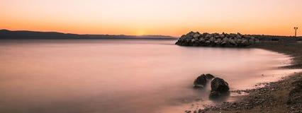 克罗地亚日落- Podgora,马卡尔斯卡里维埃拉,克罗地亚 免版税图库摄影