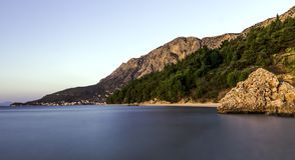 克罗地亚日落- Podgora,马卡尔斯卡里维埃拉,达尔马提亚,克罗地亚 免版税库存图片