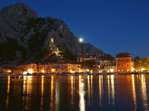 克罗地亚晚上老omis城镇 免版税库存照片