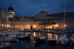 克罗地亚杜布罗夫尼克市 老港口的夜视图 免版税库存照片