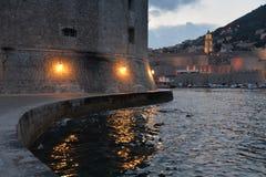 克罗地亚杜布罗夫尼克市 老港口的夜视图 免版税图库摄影