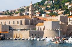 克罗地亚杜布罗夫尼克市 在亚得里亚海老镇的美丽如画的看法和口岸中世纪拉古萨和达尔马希亚海岸  免版税库存图片